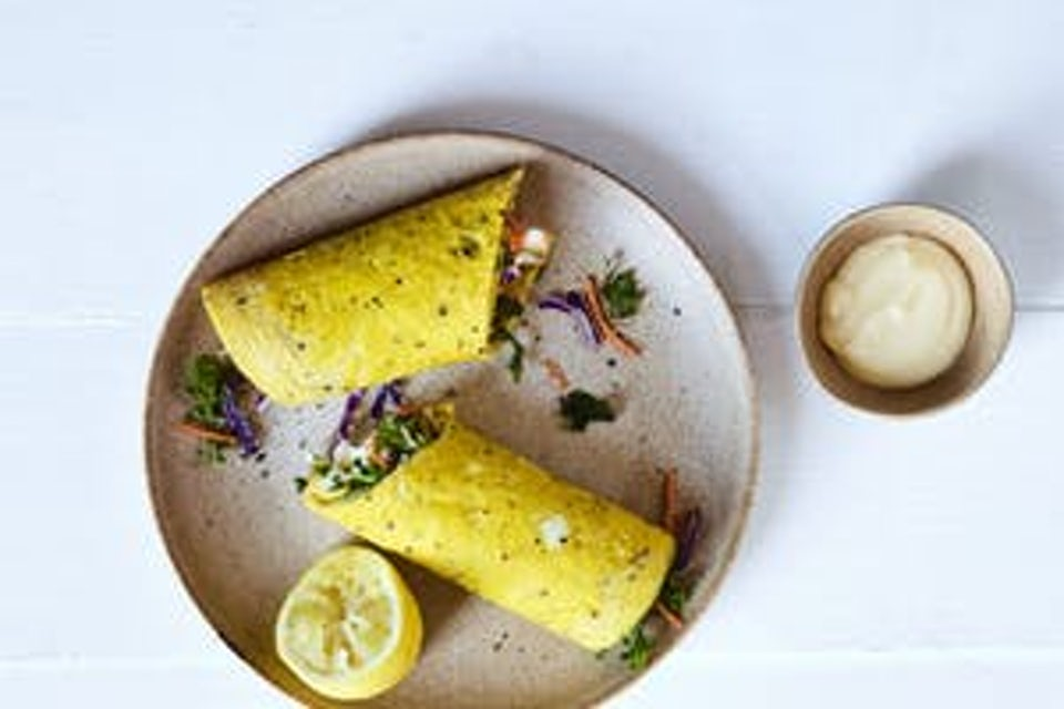 Tallerken med to eggewraps og sitron