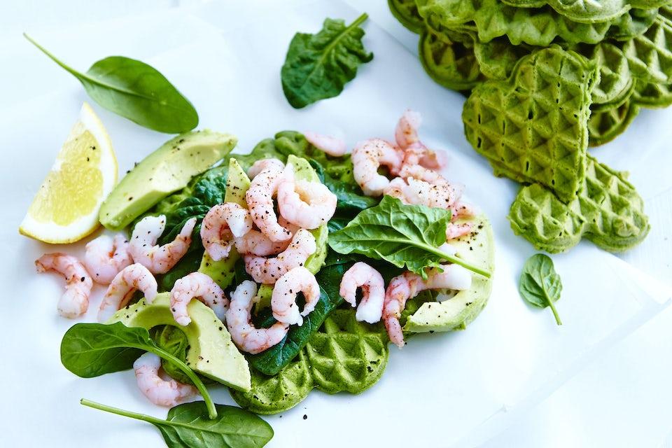 Vafler av spinat med reker og avokado
