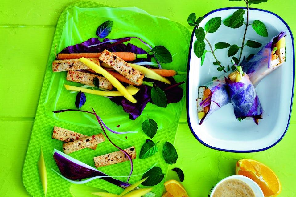 Tofu-kasvisrullat maapähkinäkastikkeella