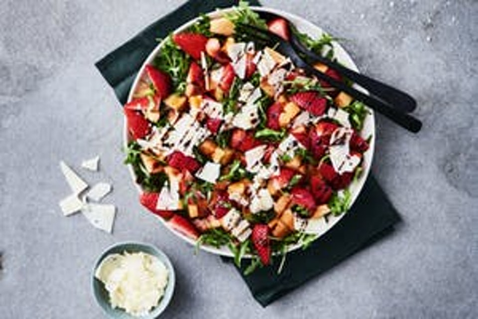 Skål med salat av jordbær, ruccola og parmesan
