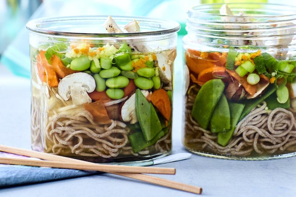 Nuudeleita, sieniä, edamamepapuja ja porkkanaa lasipurkissa