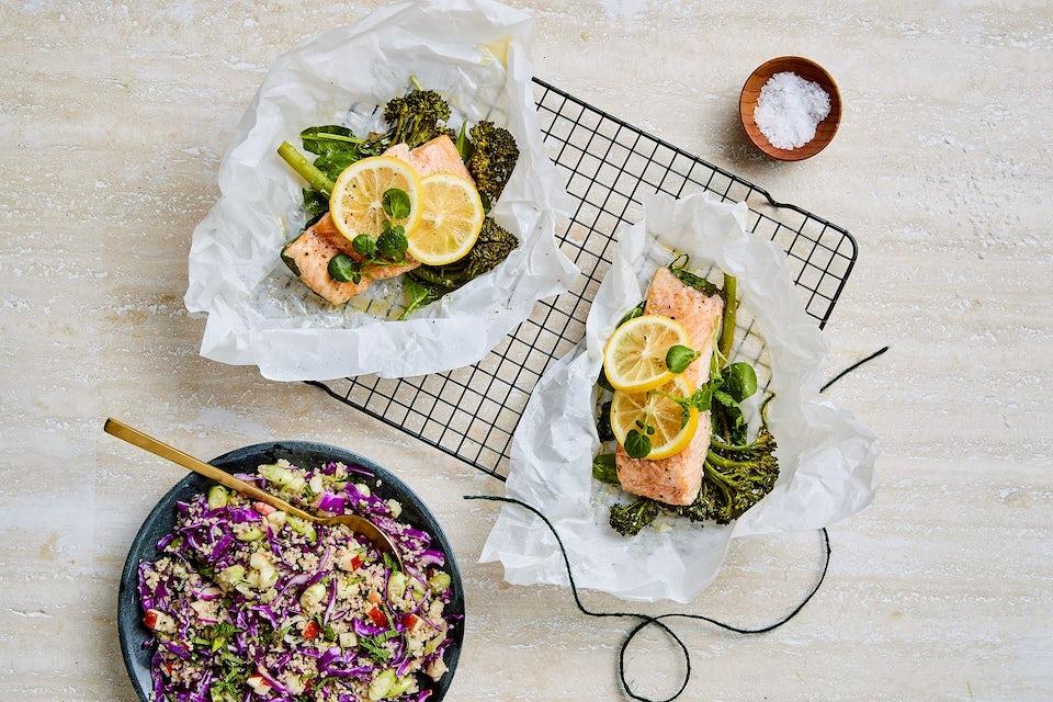 Laksepakker og skål med salat