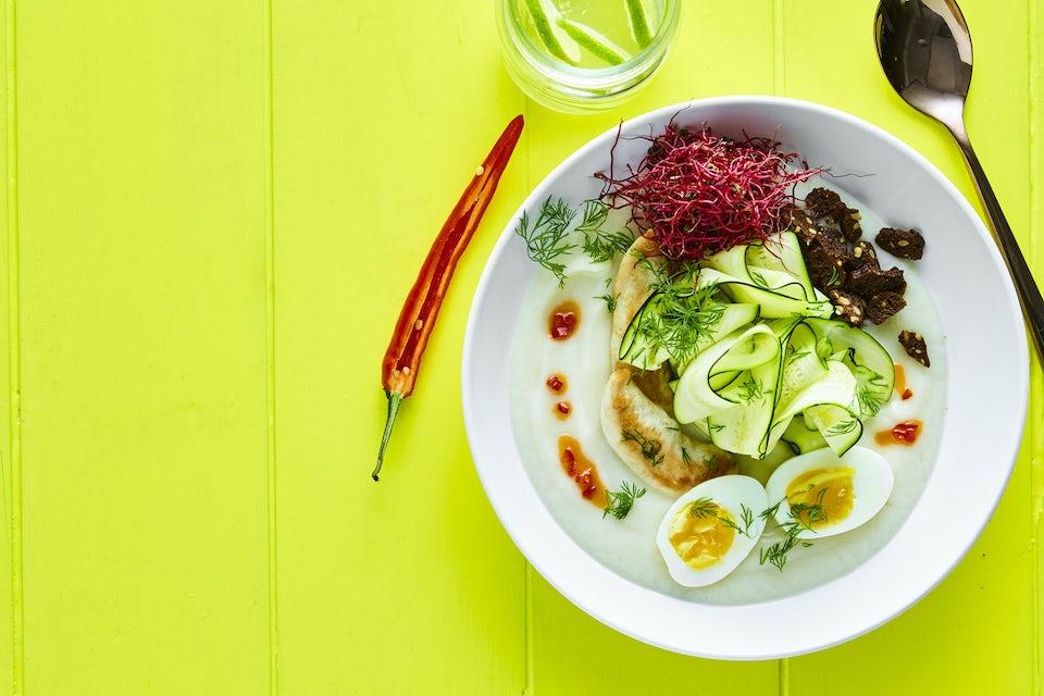 Dyb tallerken med blomkålssuppe, kylling og æg