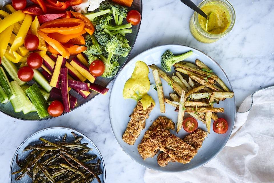 Fiskpinnar med pommes och plockgrönsaker