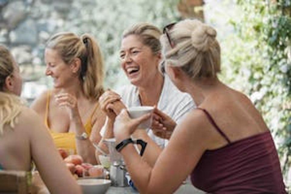 Naisia nauramassa yhdessä