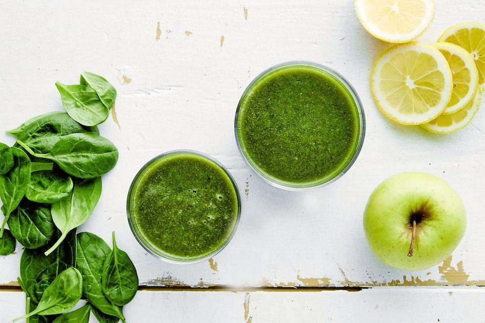Glass med grønn smoothie og spinat og epler