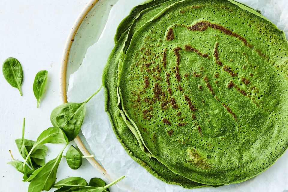 Tallrik med gröna pannkakor