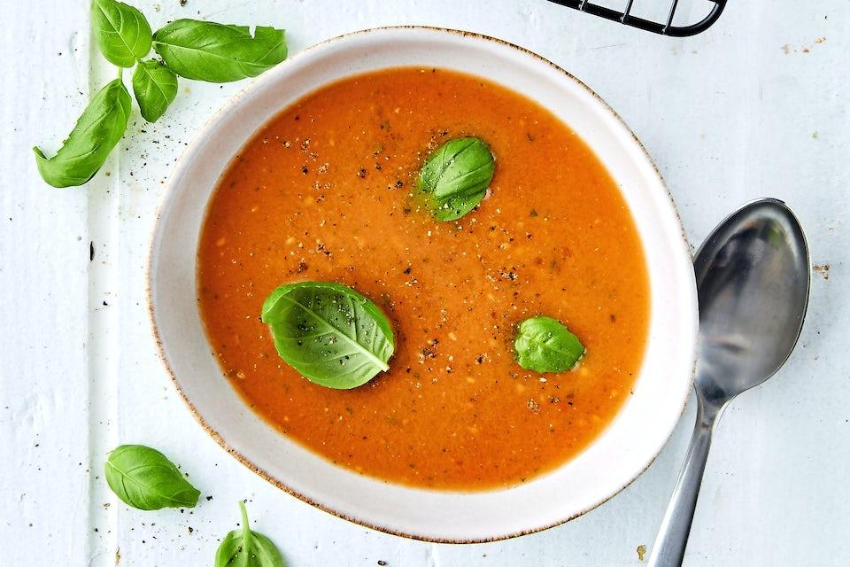 Tomaattikeittoa kulhossa