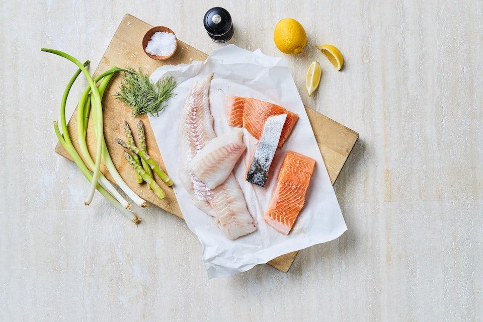 Skærebræt med frisk fisk