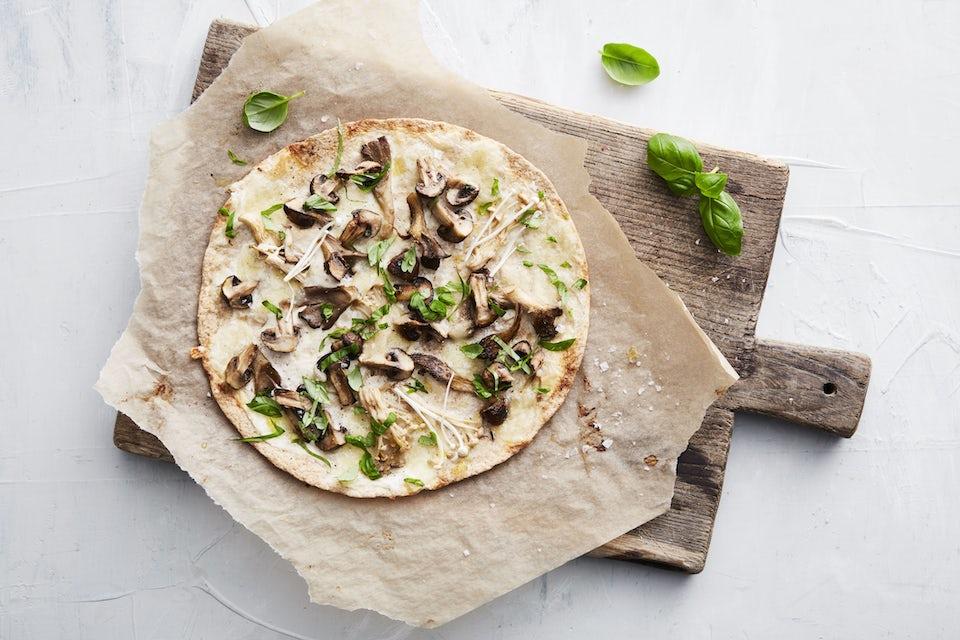 Träfat med pizza med svamp