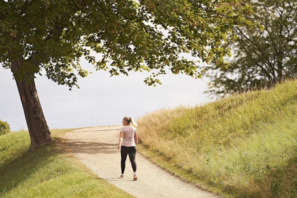Kvinna går en promenad i naturen