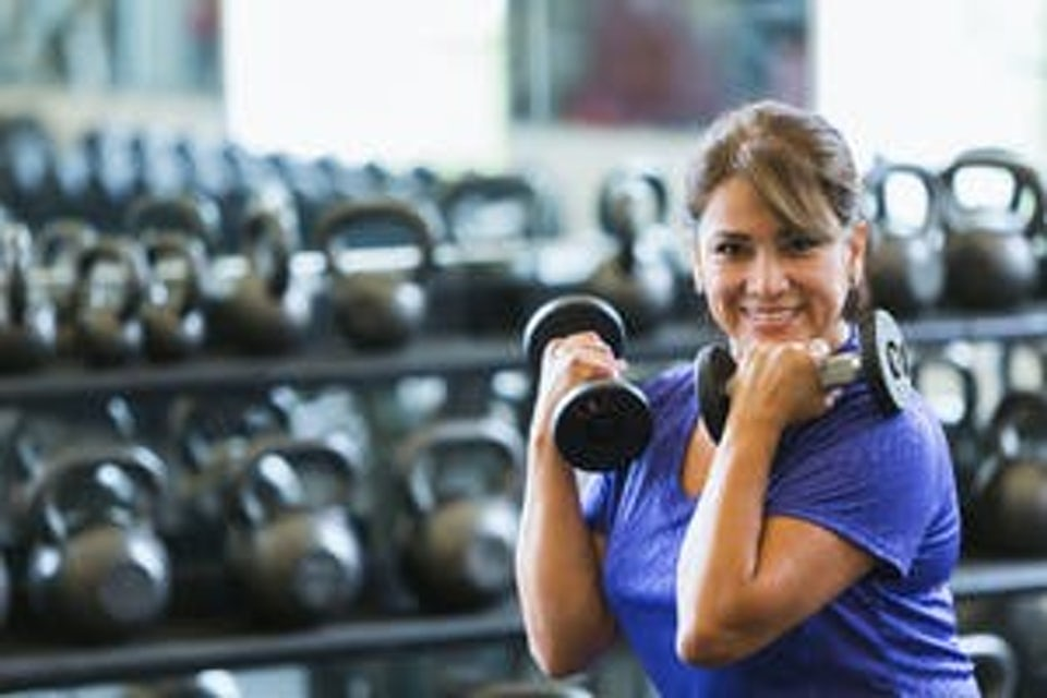 Nainen treenaa käsipainoilla