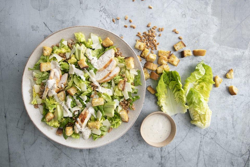 Caesarsalaattia lautasella