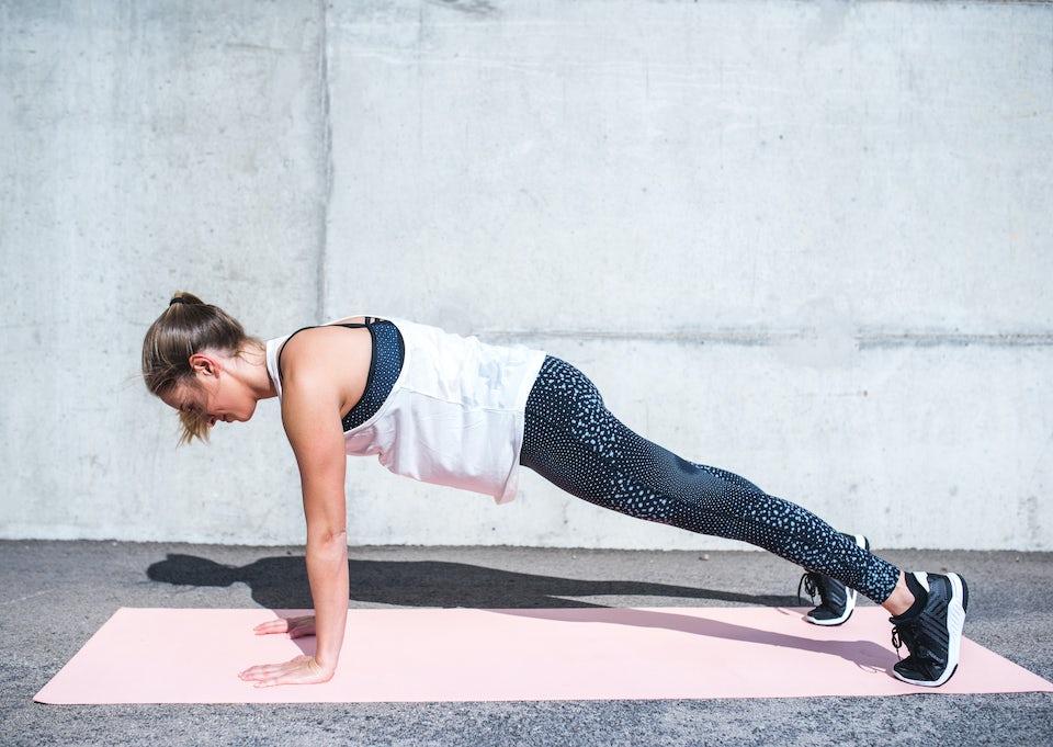 Kvinne tar planken utendørs