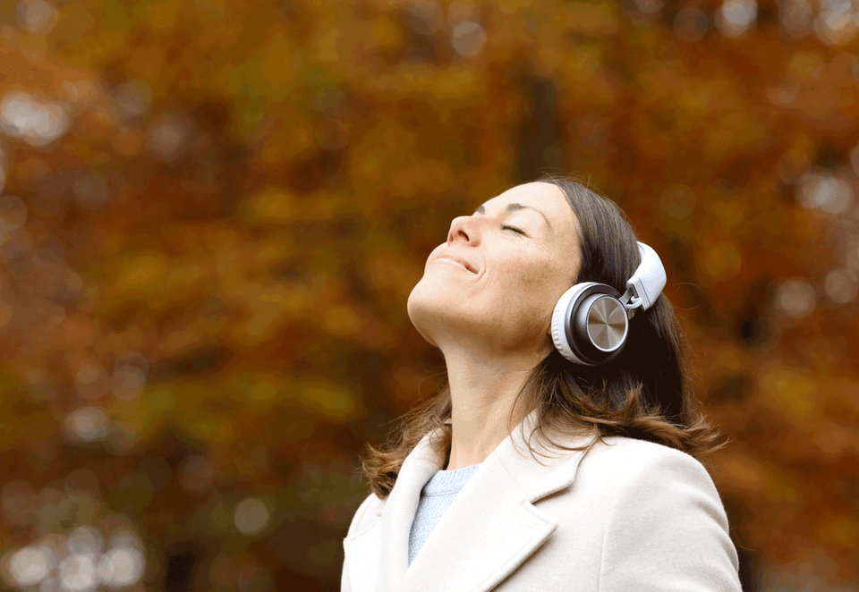 Kvinde mediterer udenfor