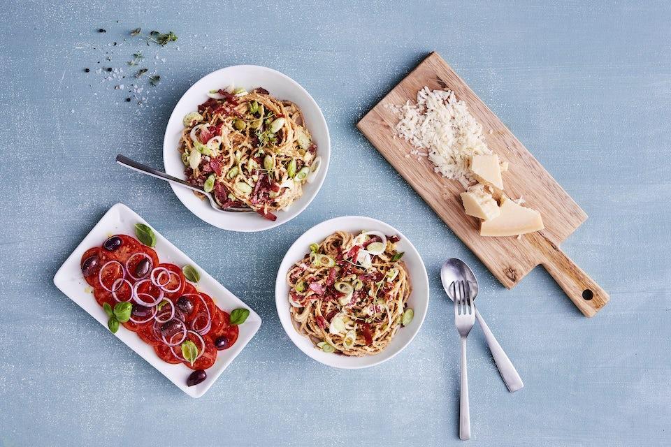 Spaghetti carbonara med tomatsalat