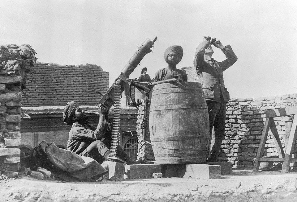 Soldater ur den brittisk-indiska armén bevakar himlen med  en luftvärnskanon.