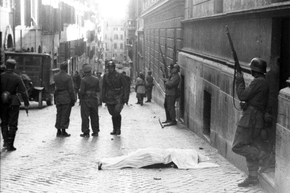 En död tysk soldat har täckts med ett tygstycke efter attentatet.