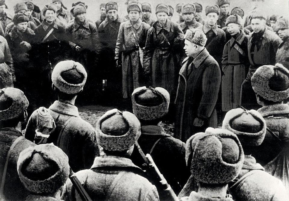 Politruken Nikita Chrusjtjov håller tal under slaget vid Stalingrad.