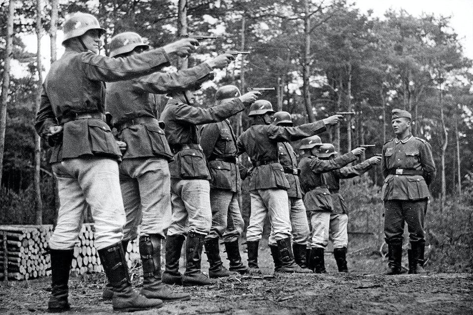 Tyska rekryter lär sig skjuta med den klassiska Lugerpistolen.