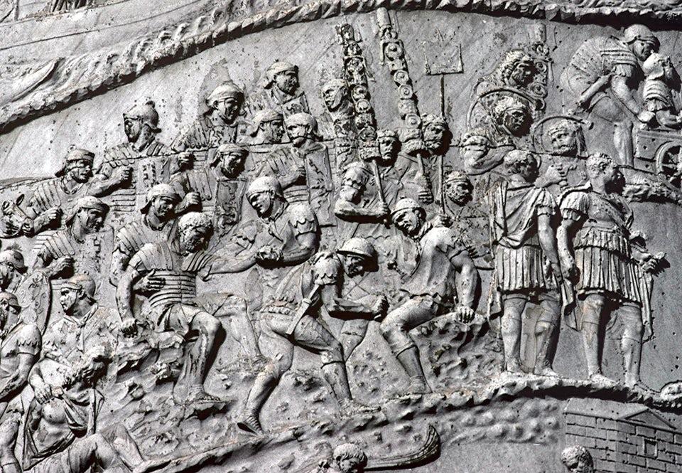 På Trajanuskolonnen i Rom kan man se *capsarii* som tar hand om sårade på slagfältet. Kolonnen är ett segermonument i marmor, invigt år 113 e Kr.