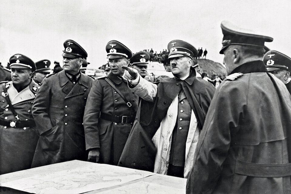 Hitler inspekterar de tyska försvarsanläggningarna mot Frankrike i maj 1939.