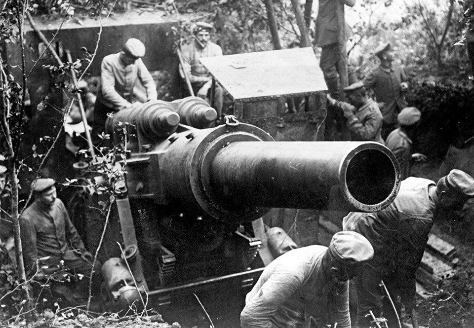 Tysk 30,5 cm haubits görs redo 1917. Indirekt eld blev vanligt under första världskriget.