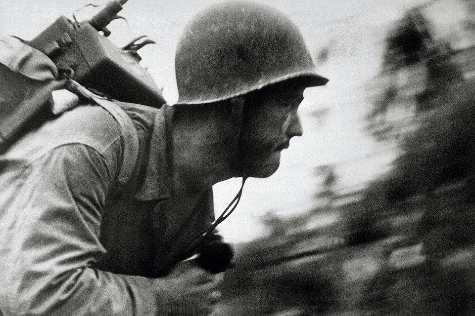 En amerikansk marinkårssoldat i full fart över Pelelius strand.