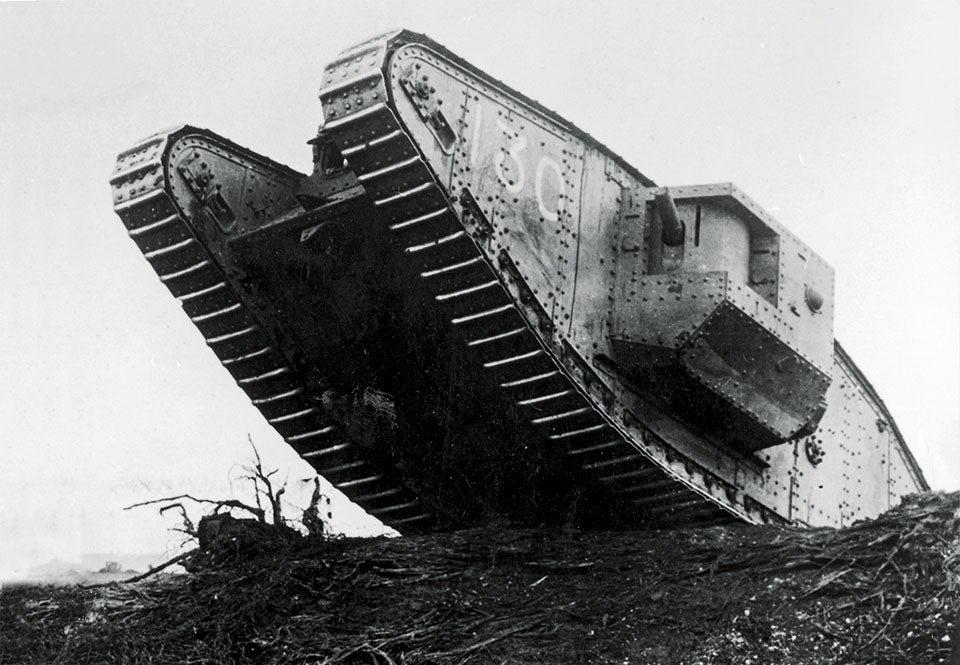 Brittiskt stridsvagn Mark IV från första världskriget sedd underifrån.