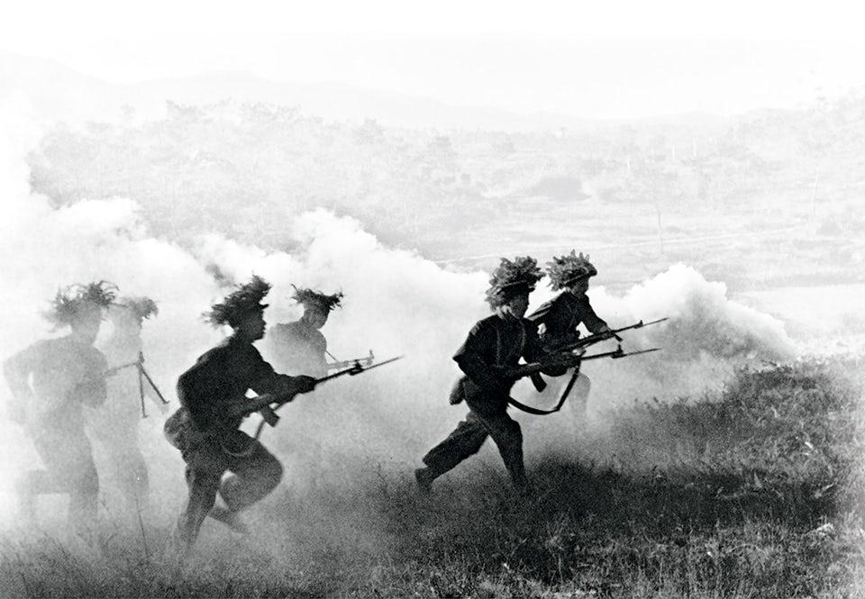 Japanska soldater går till anfall under övning. Trots sämre utrustning visade de ett mod och en kampanda som chockade de allierade motståndarna. Foto från 1940.