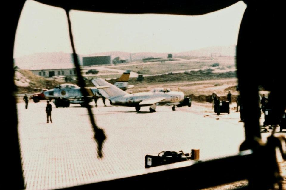 Den avhoppade MiG-15 har precis landat på Kimpoflygbasen.