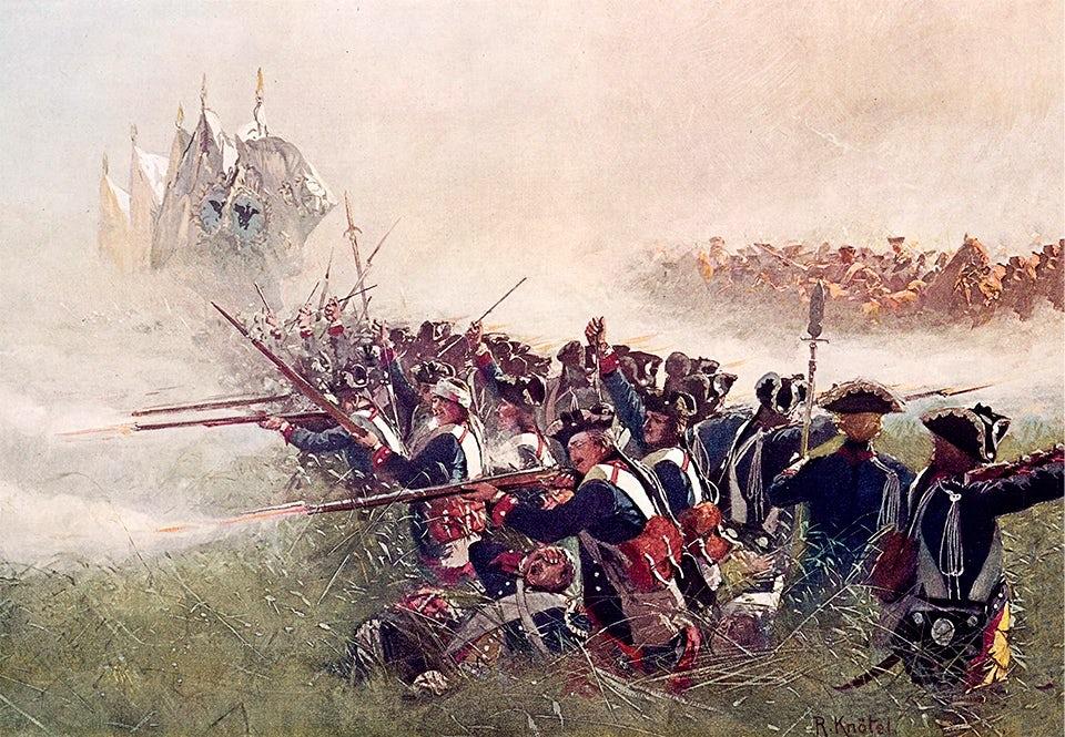 Preussiska soldater avfyrar sina musköter under slaget vid Kolín 1757, i dagens Tjeckien. Preussarna besegras emellertid i slaget av de numerärt överlägsna österrikarna.