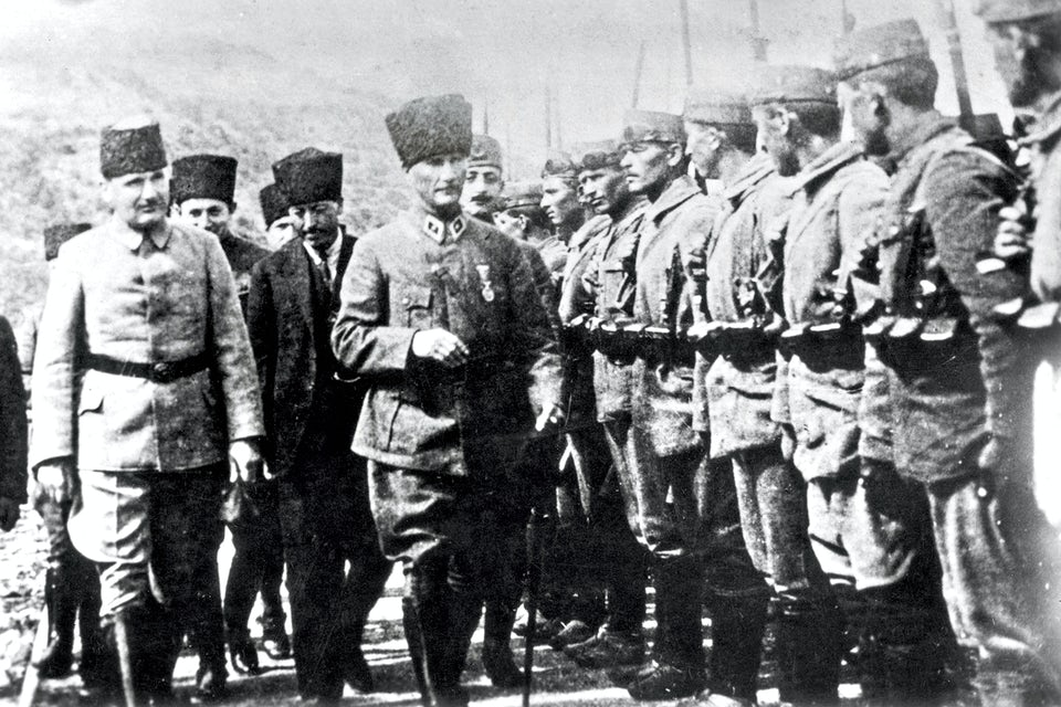 Kemal Atatürk inspekterar turkiska soldater i början av 1920-talet.