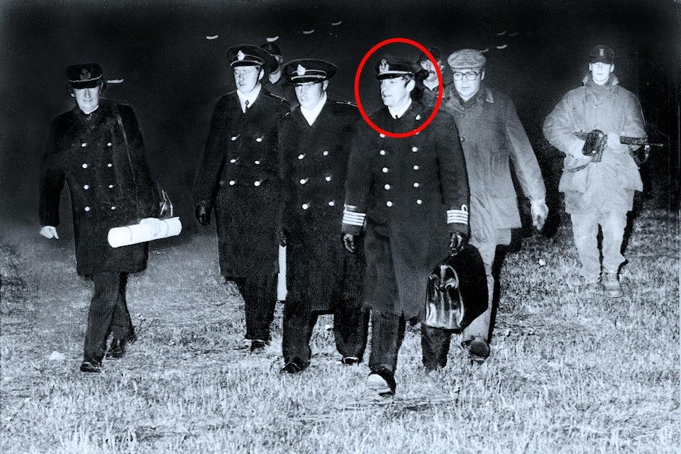 Karl Andersson (inringad) går bredvid kapten Anatolij Michailovitj Gusjtjin efter utfrågningen om *U 137*.