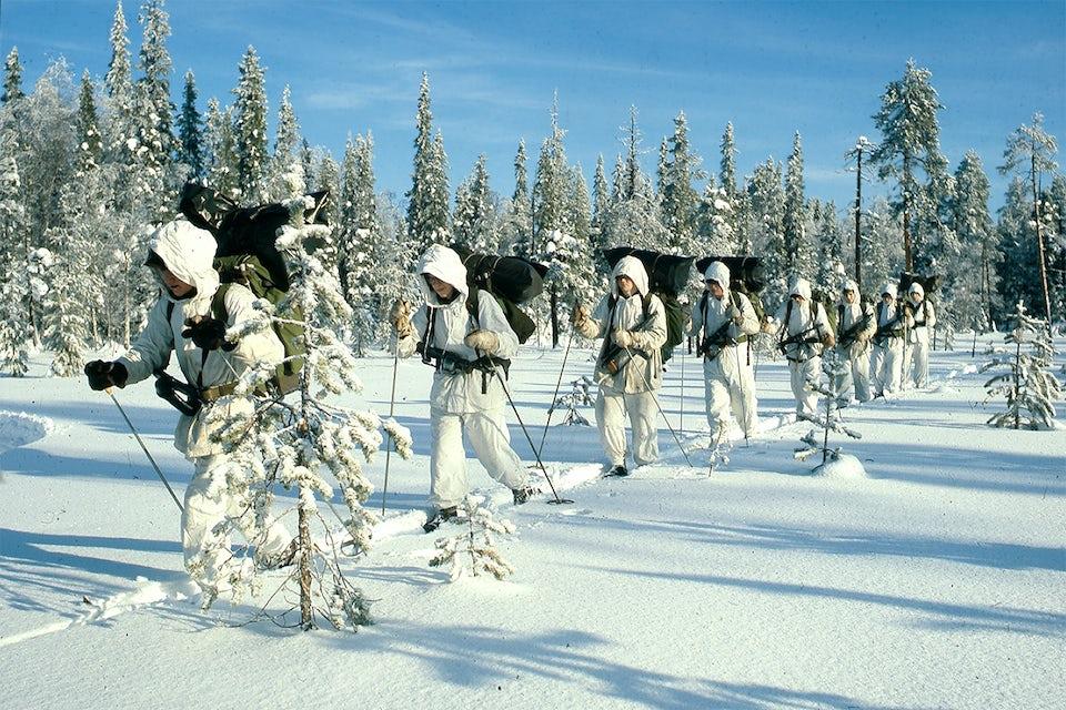 Terrängen vid Kalixlinjen lämpade sig väl för rörlig försvarsstrid med ideliga motanfall. Här rycker ett svenskt jägarförband.