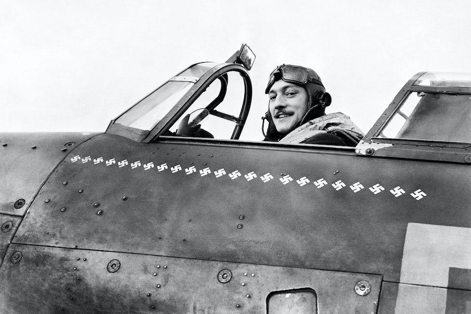 Flygaresset Robert Stanford Tuck i cockpiten till sin Hawker Hurricane. På planet finns 23 mindre vita svastikor påmålade som visar hur många tyska plan han skjutit ned.