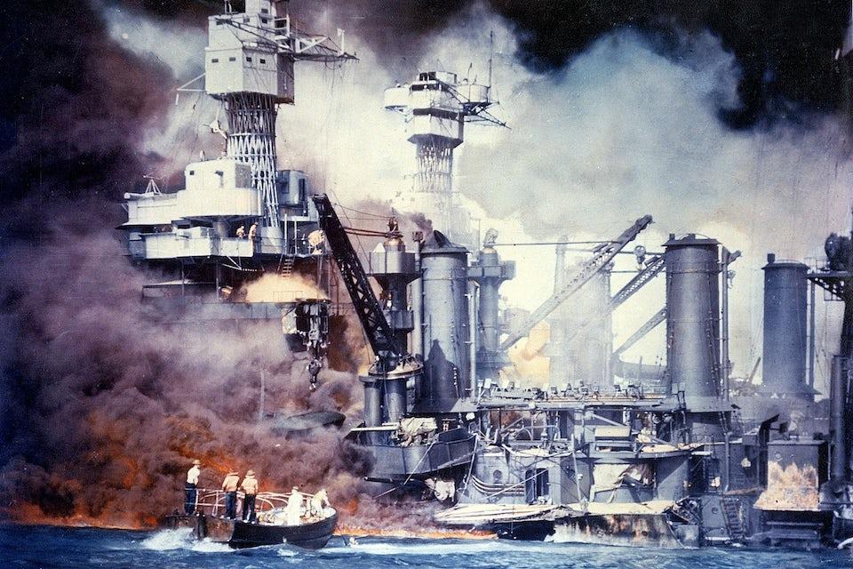 Pearl Harbor 1941, slagskeppet West Virginia sjunker brinnande.