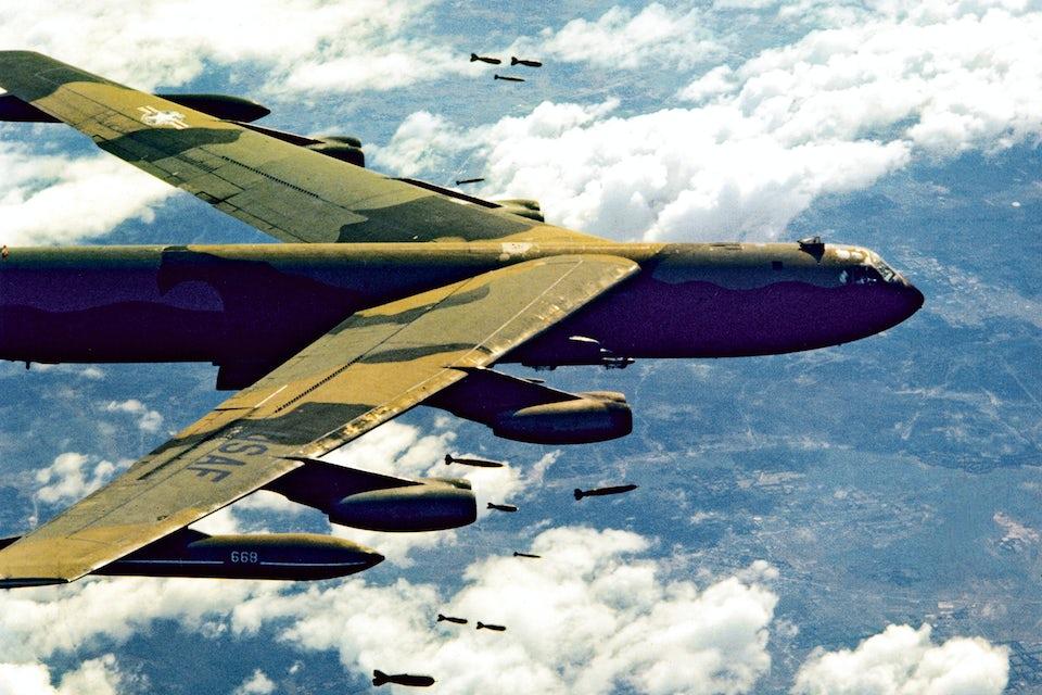 En B-52 fäller bomber över Nordvietnam.