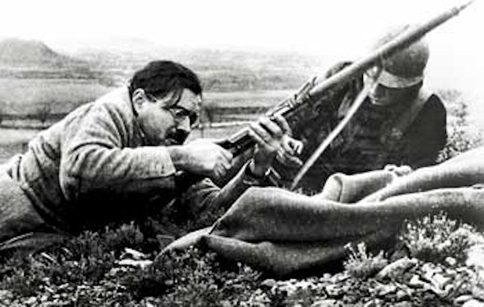 Ernest Hemingway med gevär i spanska inbördeskriget 1937.