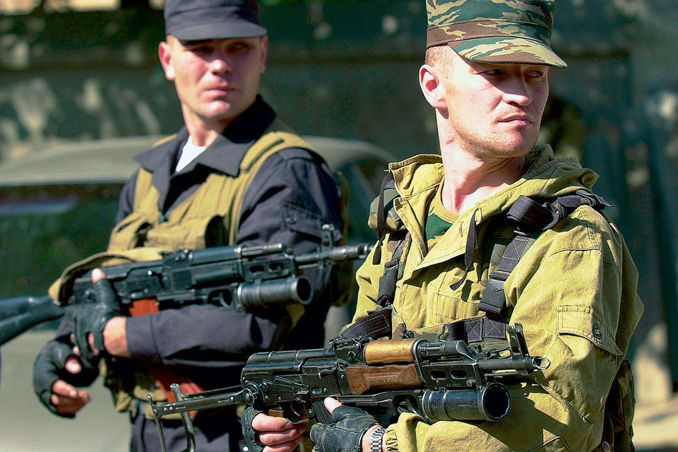 AK-47:s tillverkare Michail Kalasjnikov vid sitt ritbord.